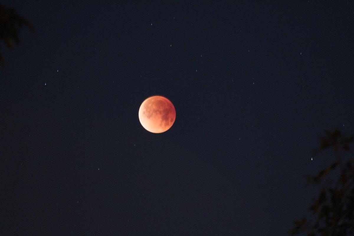 قصة خيالية قصيرة 5 اسطر عن القمر أو الفضاء